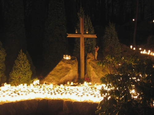 Christian_Cross_at_a_cemetery_on_Christmas_eve